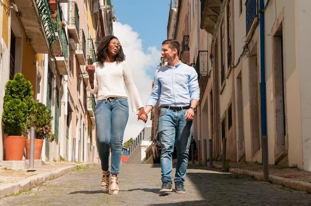 Joyeux mélange gai a couru couple de touristes