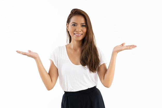 Joyeux mélange racé fille présentant des informations