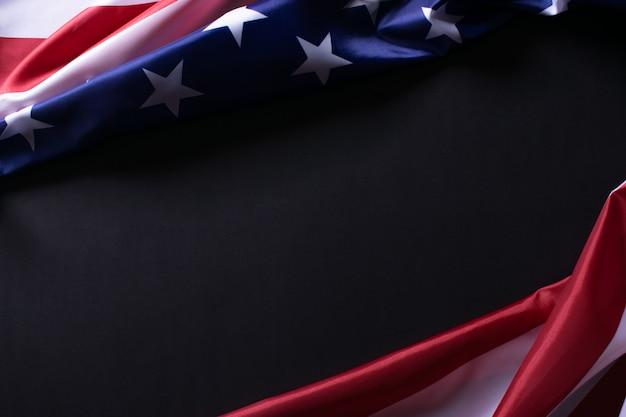 Joyeux memorial day ou independence day. drapeaux américains sur fond de papier noir.