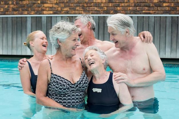 Joyeux nageurs seniors profitant de la piscine