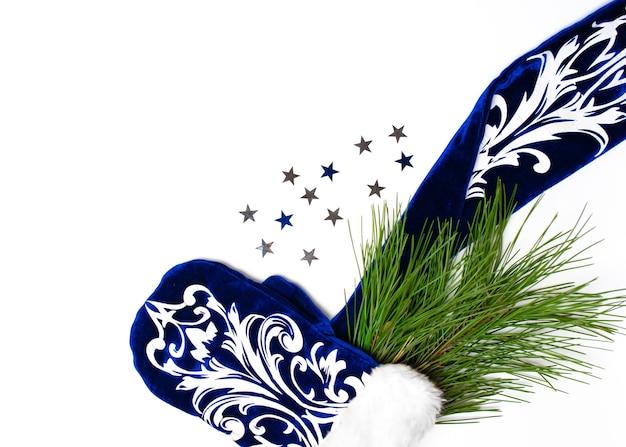 Joyeux noël. arbre de noël, gant bleu sur fond blanc, bonne année, mise à plat