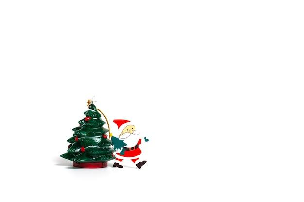 Joyeux noël. arbre de noël avec le père noël sur fond blanc bonne année mise à plat