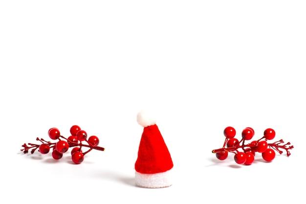 Joyeux noël armoire rouge du père noël avec des décorations sur fond blanc bonne année mise à plat