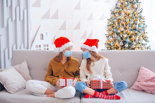 Joyeux noël. belles filles avec des cadeaux à noël. les enfants portent des masques