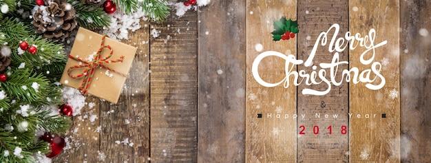 Joyeux noël et bonne année 2018 texte sur fond de bannière en bois