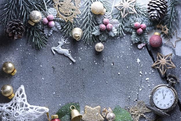 Joyeux noël et bonne année avec des boules de fête et autres décorations