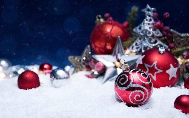Joyeux noël et bonne année, carte de voeux de vacances avec fond flou bokeh
