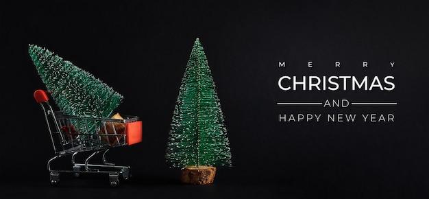 Joyeux noël et bonne année composition avec arbre de noël sur fond sombre