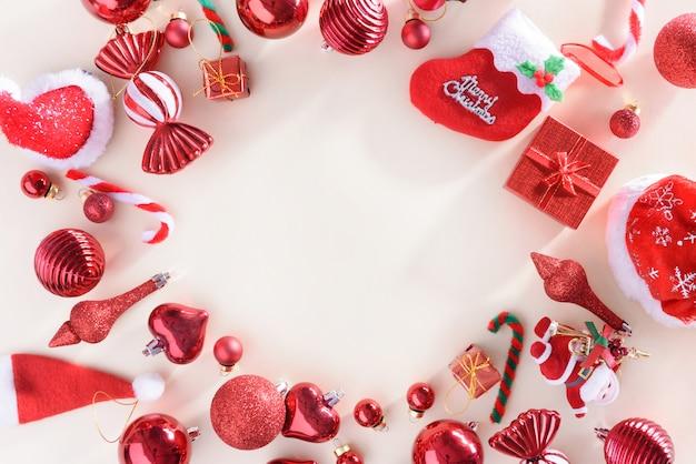 Joyeux noël et bonne année concept avec célébration boules couleur rouge
