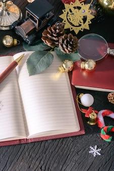 Joyeux noël et bonne année concept avec livre note stylo vintage bois et autre décoration