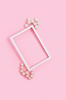 Joyeux noël et bonne année maquette avec cadre photo blanc décorent les baies de noël