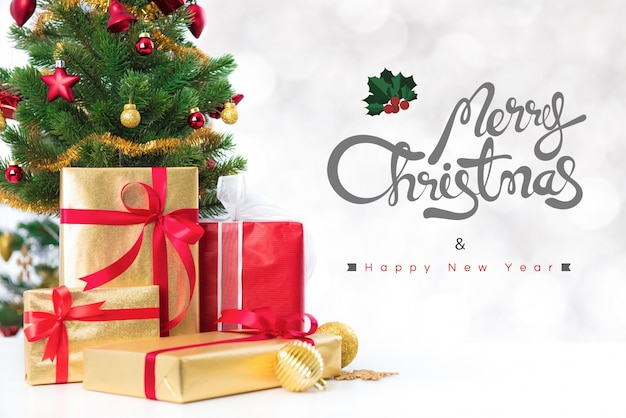 Joyeux noël et bonne année texte avec des coffrets cadeaux et des ornements