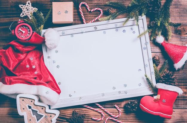 Joyeux noël et bonne année. vacances d'hiver avec sapin de noël et décoration.