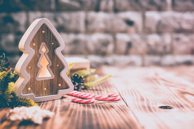 Joyeux noël et bonne année. vacances de saison d'hiver avec décoration de noël sur fond de bois.