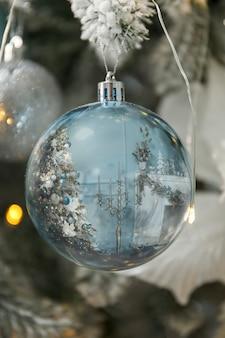Joyeux noël et bonnes fêtes! un beau salon décoré pour noël se reflète.