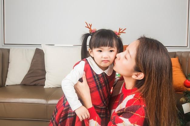 Joyeux noël et bonnes fêtes! vacances et concept de l'enfance. heureuse petite fille souriante avec boîte-cadeau de noël.