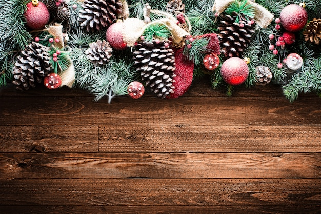Joyeux noël cadre avec des pins verts et des décorations de noël