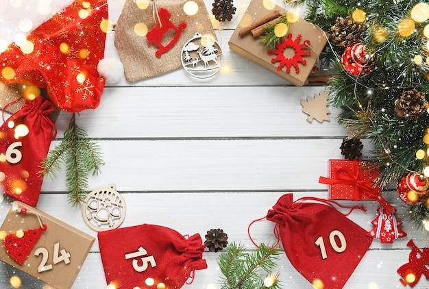 Joyeux noël calendrier de l'avent cadeaux de noël et surprises sur table en bois blanc carte de voeux