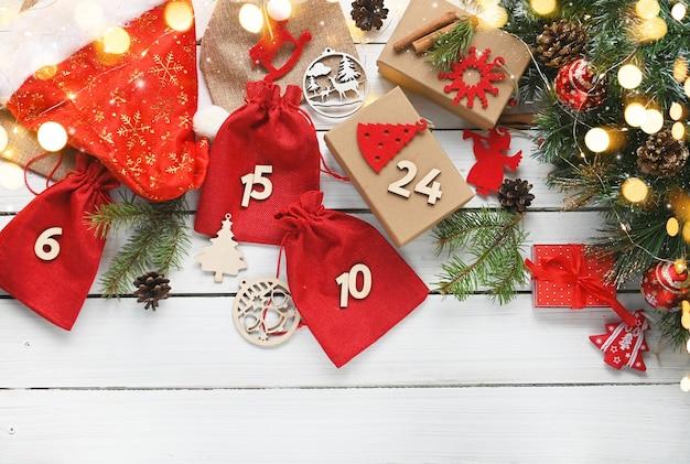 Joyeux noël calendrier de l'avent cadeaux de noël et surprises sur une table en bois blanc diy