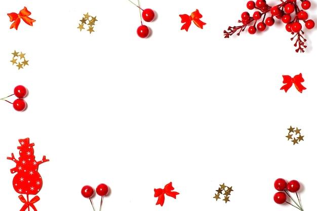 Joyeux noël, carte de voeux avec des décorations rouges sur un cadre sur fond blanc, mise à plat