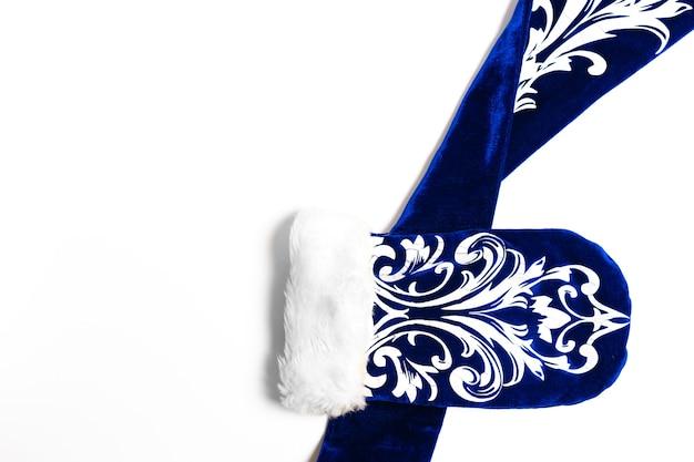Joyeux noël concept background avec gant bleu sur fond blanc .bonne année mise à plat