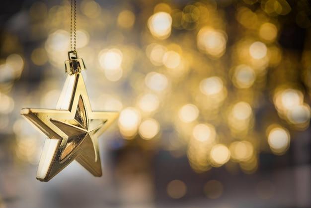 Joyeux noël concept avec suspension ornements étoiles