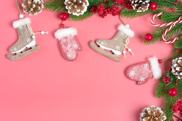 Joyeux noël, décor de nouvel an, cône, moufle en bois, patins, arbre vert, flocon de neige