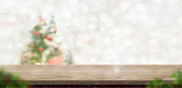 Joyeux noël dessus de table en bois au décor d'arbre de noël flou bokeh avec fond clair de chaîne, toile de fond de bannière d'hiver pour carte de voeux de vacances