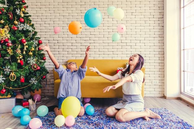 Joyeux noël frères et soeurs jouent à des jeux de ballon de vacances.