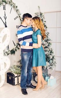 Joyeux noël. jeune couple, célébrer, x-mas
