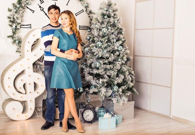 Joyeux noël. jeune couple fête noël à la maison