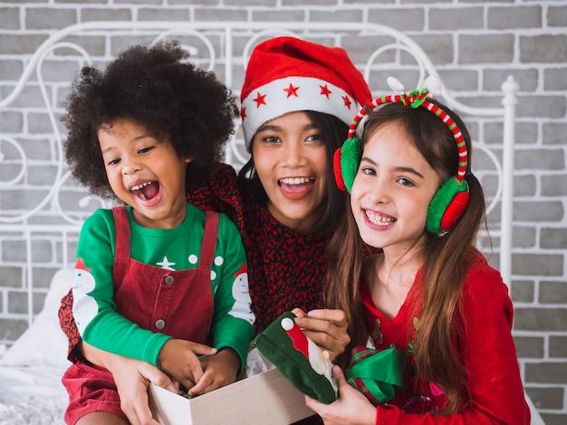 Joyeux noël et joyeuses fêtes avec des personnes internationales