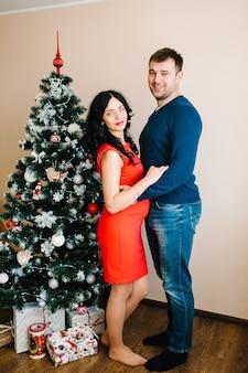 Joyeux noël et joyeuses fêtes personnes de vacances de grossesse et concept d'attente