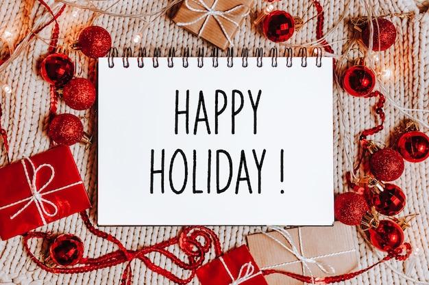 Joyeux noël et joyeux nouvel an concept avec coffrets cadeaux et carte de voeux avec texte joyeuses fêtes
