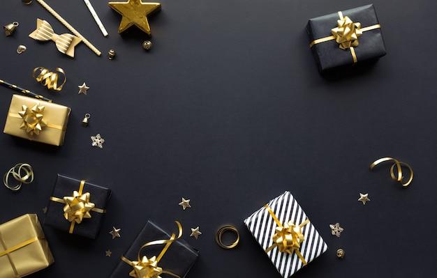 Joyeux noël, noël et nouvel an célébration concepts avec boîte-cadeau et ornement en couleur dorée sur fond sombre saison d'hiver et jour d'anniversaire
