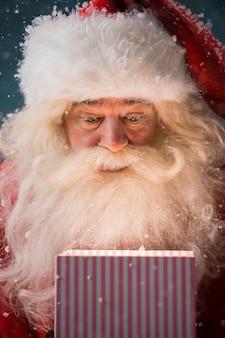 Joyeux noël ouvrant son cadeau de noël à north pole