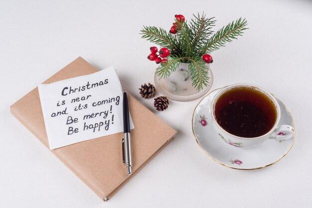 Joyeux noël salutations ou souhaits - texte manuscrit avec souhaits sur une serviette - noël est proche et sa venue soyez joyeux soyez heureux