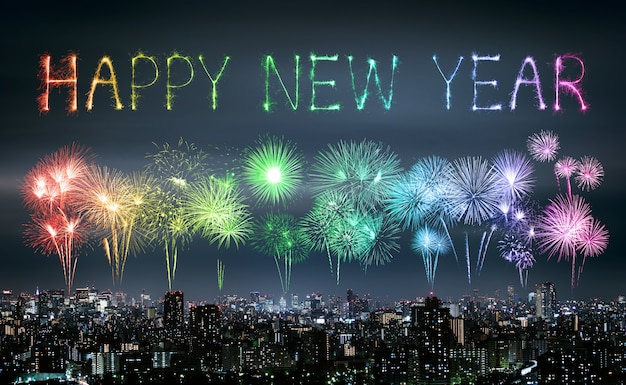 Joyeux nouvel an feux d'artifice sur la ville de tokyo dans la nuit, japon