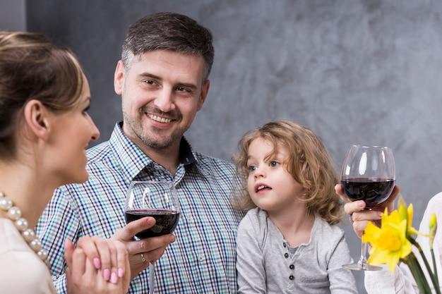 Joyeux père fier avec son fils