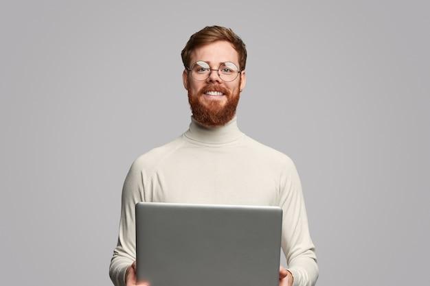Joyeux programmeur avec ordinateur portable
