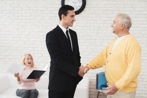 Joyeux sari serre la main avec un agent immobilier