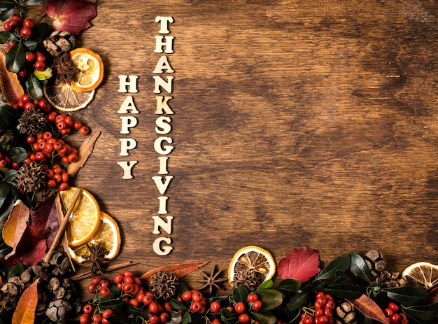 Joyeux thanksgiving avec espace copie et éléments automnaux
