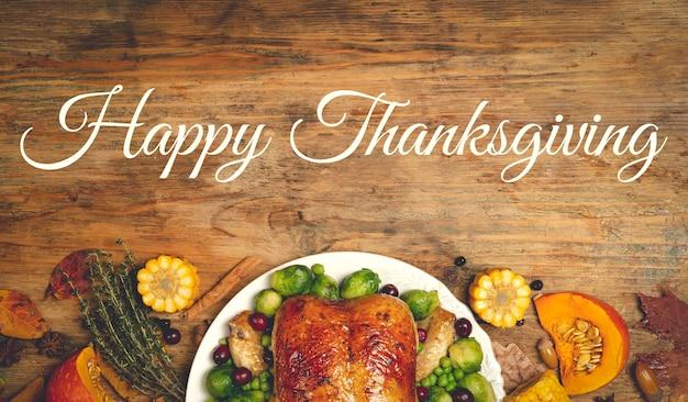Joyeux thanksgiving lettrage sur un fond de table de nourriture de fond de dîner festif avec la saison d'automne...