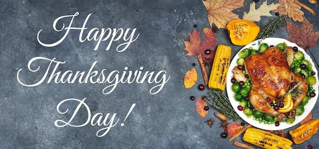 Joyeux thanksgiving lettrage sur un fond de table de nourriture de fond de dîner festif