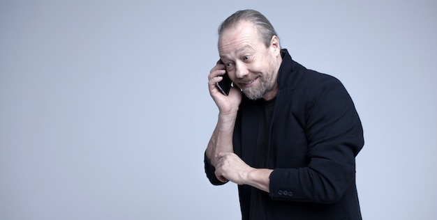 Joyeux vieillard parlant au téléphone.