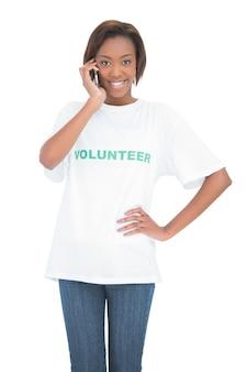 Joyeux volontaire mignon ayant un appel téléphonique