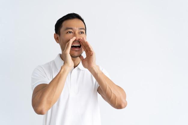 Joyful guy annonçant de bonnes nouvelles