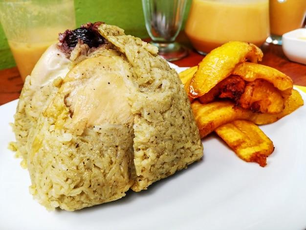 Juanes farcis aux olives de poulet et aux bananes plantains frites nourriture typique de la jungle péruvienne