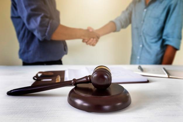 Juge avec un avocat bakground. concepts de droit immobilier et immobilier.