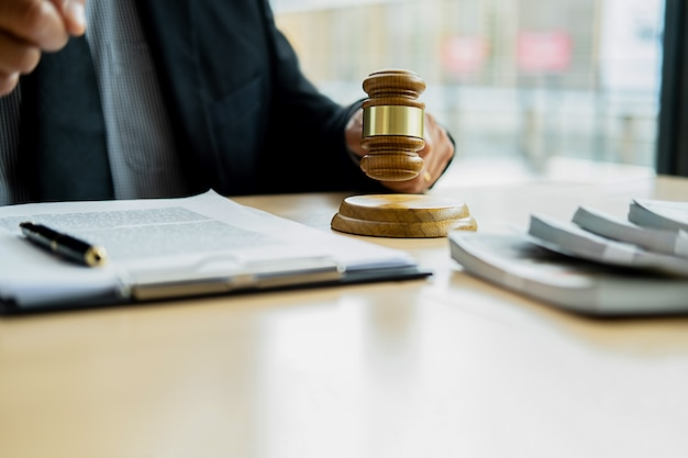 Un juge avec un avocat de la justice lors d'une réunion d'équipe dans un cabinet d'avocats